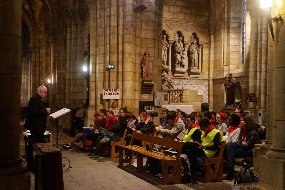 Mgr Mousset prononçant son homélie devant les jeunes