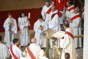 Lors de la célébration, on reconnaît le diacre à son étole, portée en diagonale. ici des diacres, lors de l'installation de Mgr Mousset, en 2014